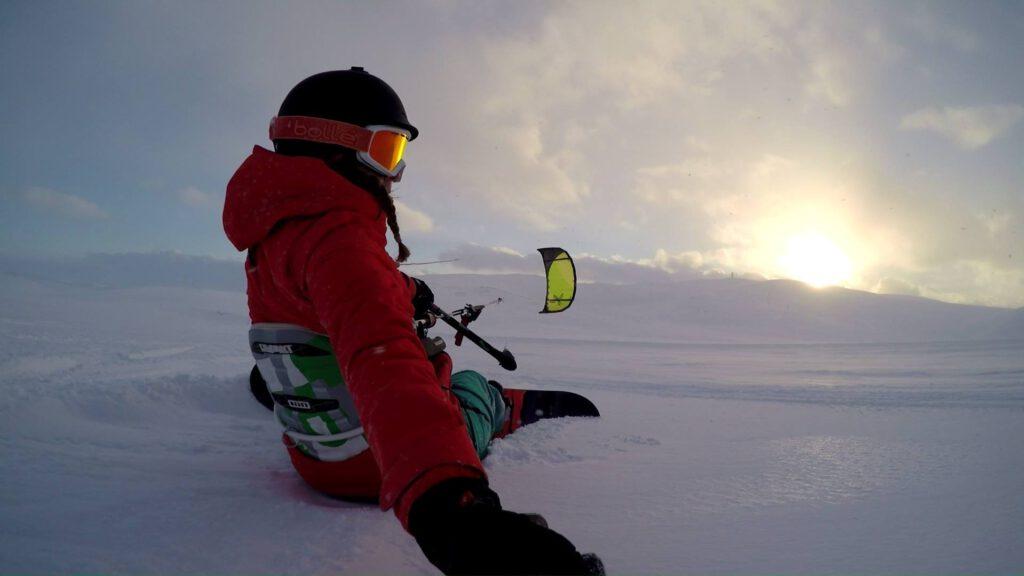 Ympärivuotisen ulkoharrastuksen talviversio: leijalautailua lumella.
